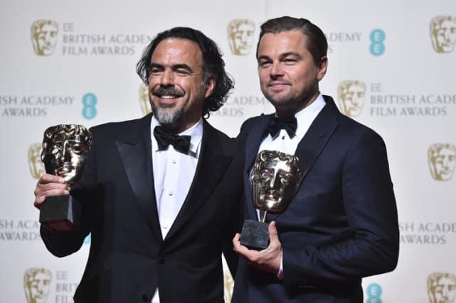 Leonardo DiCaprio et Alejandro G. Inarritu posent avec leurs trophées après la cérémonie.
