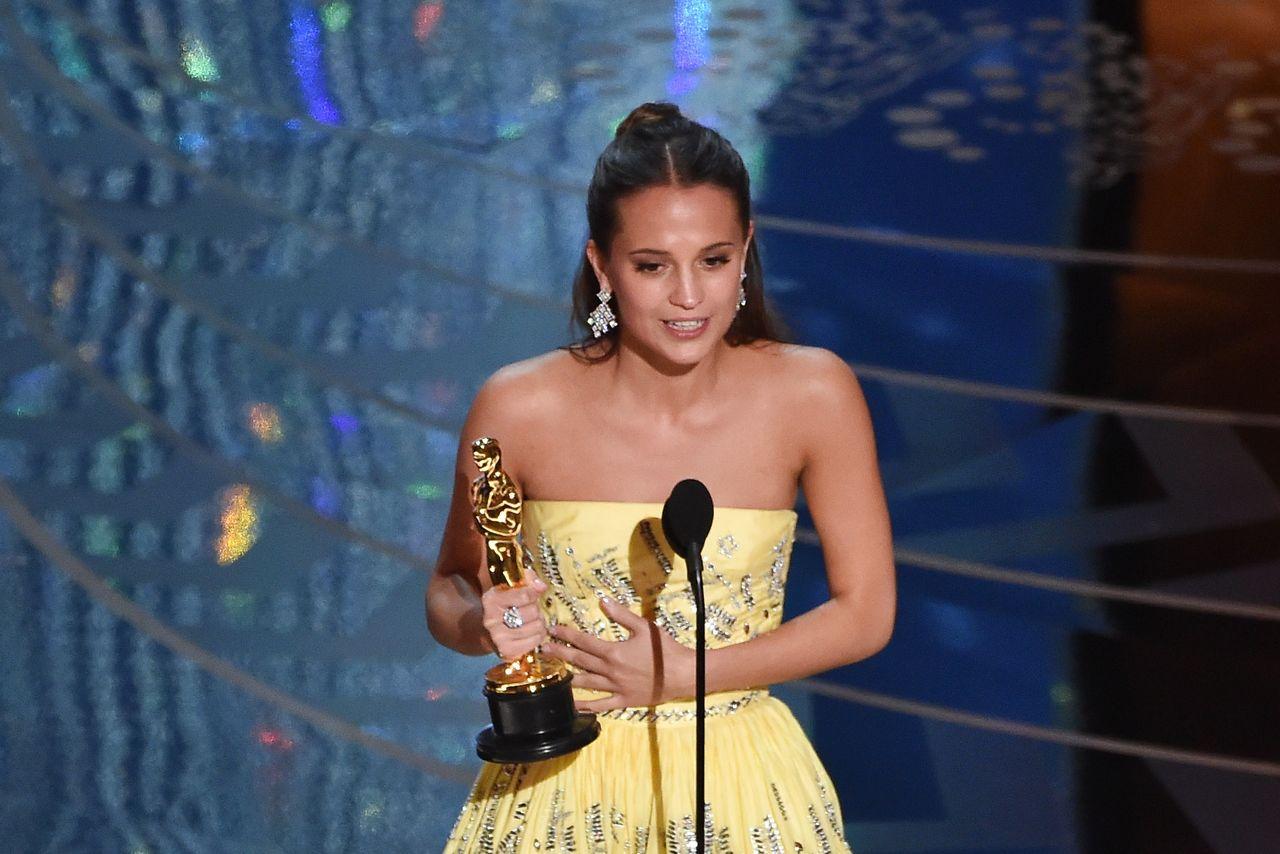Alicia Vikander reçoit l'Oscar du meilleur second rôle féminin