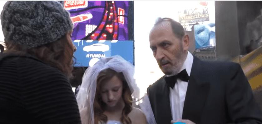 Une passante interpelle le marié