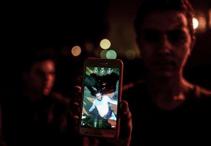 Des émeutiers en colère tabassent un policier - Photo CanadianPress