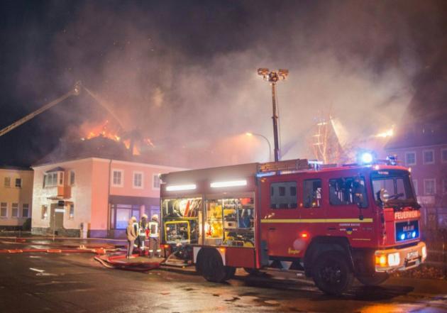 Les pompiers allemands tentent d'éteindre l'incendie qui a ravagé le 21 février 2016 un foyer pour migrants à Bautzen, près de Dresde, dans l'ancienne RDA