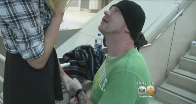Arte demandant Erica en mariage juste après leur première rencontre à l'aéroport