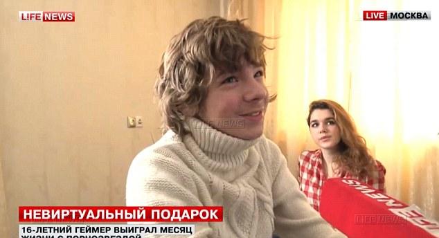 L'ado s'exprimant à la Télévision Russe