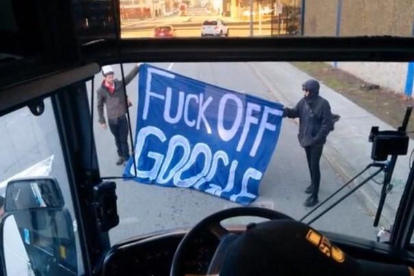 Colère contre les luxueux Google bus, privilège des employés de la Silicon Valley à San Francisco.