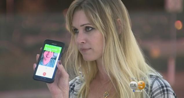 Erica parlant au téléphone avec Arte tout en l'attendant à l'aéroport d'Ontario