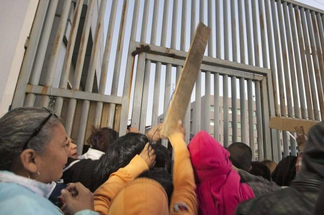 Des proches de détenus ont manifesté violemment devant les grilles de la prison de Topo Chico, certains munis de bâton, après l'annonce par les médias locaux de la mutinerie mortelle au centre de détention de Monterrey, le 11 février. Photo AFP