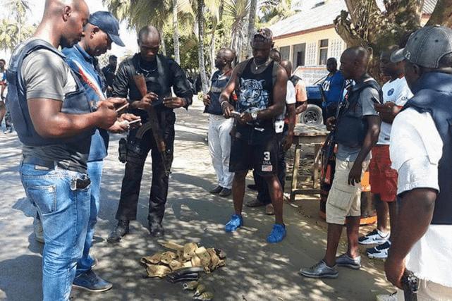 Des policiers examinent des objets qui auraient été abandonnés par les tireurs. PHOTO TIRÉE DU COMPTE TWITTER DE DARELLE BA