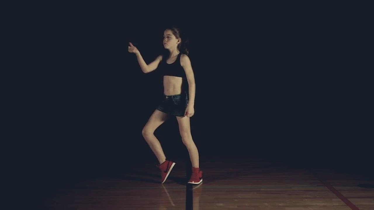 Elle devient une danseuse exceptionnelle en regardant des vidéos