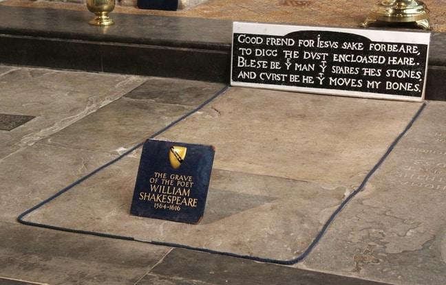 La sépulture de Shakespeare montre une étrange altération du côté de l'endroit où devait se trouver sa tête
