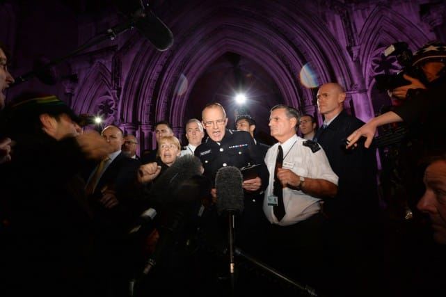 Le chef de la section antiterroriste de Scotland Yard, Mark Rowley (au centre),