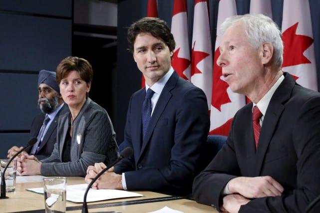 Le premier ministre Justin Trudeau, au centre, et le ministre des Affaires internationales, Stéphane Dion, à sa droite.