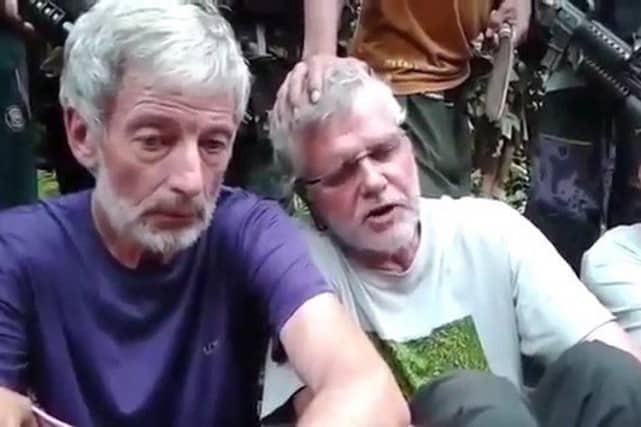 Les Canadiens Robert Hall et John Ridsdel - de même qu'un Norvégien et une Philippine - ont été enlevés dans une station balnéaire du sud des Philippines par un groupe local qui a prêté allégeance à l'EI. IMAGE TIRÉE DE YOUTUBE