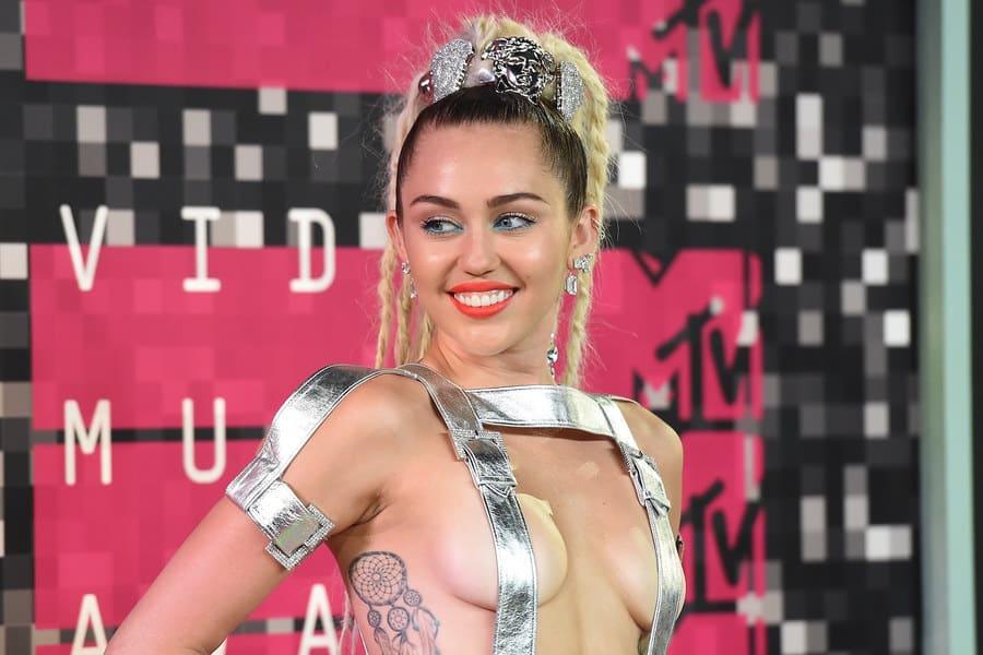 Miley Cyrus fait rarement dans la demi mesure