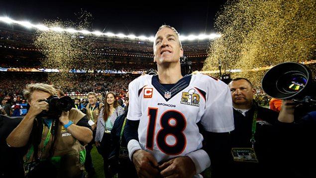 Peyton Manning prend sa retraite un mois après avoir remporté le Super Bowl.