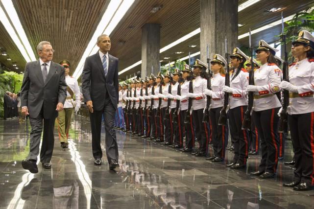 Le président Obama a été reçu lundi par son homologue cubain Raúl Castro au palais de la Révolution de La Havane. Photo AP