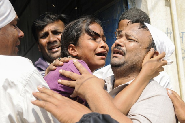 La soeur de la jeune victime de viol décédée des suites de ses blessures fond en larmes lors des funérailles de l'adolescente de 16 ans, à New Delhi, le 9 mars.
