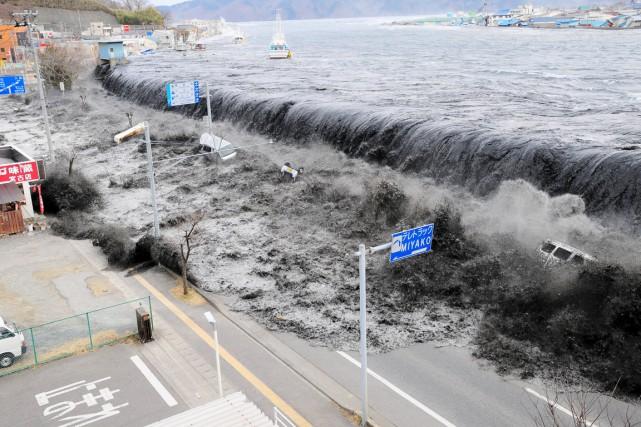 Une vague s'approche de la ville de Miyako, dans la préfecture d'Iwate, à la suite du séisme de magnitude 9 sur l'échelle de Richter, le 11 mars 2011. Photo Reuters