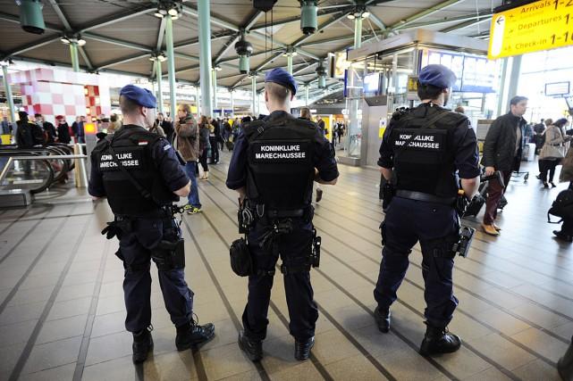 La police militaire a été déployée à l'important aéroport d'Amsterdam, Schiphol, où la sécurité a été renforcée. Photo AFP