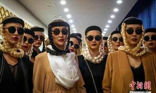 mannequins-défilent-armés-de-kalashnikovs-3