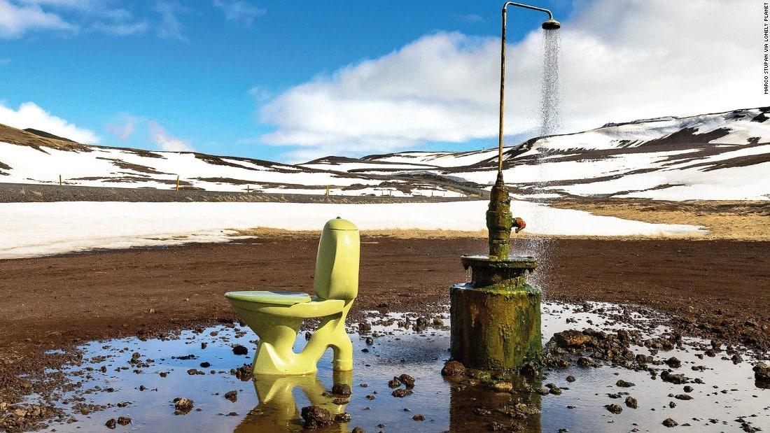 oilettes à côté d'une douche géothermale en Islande.