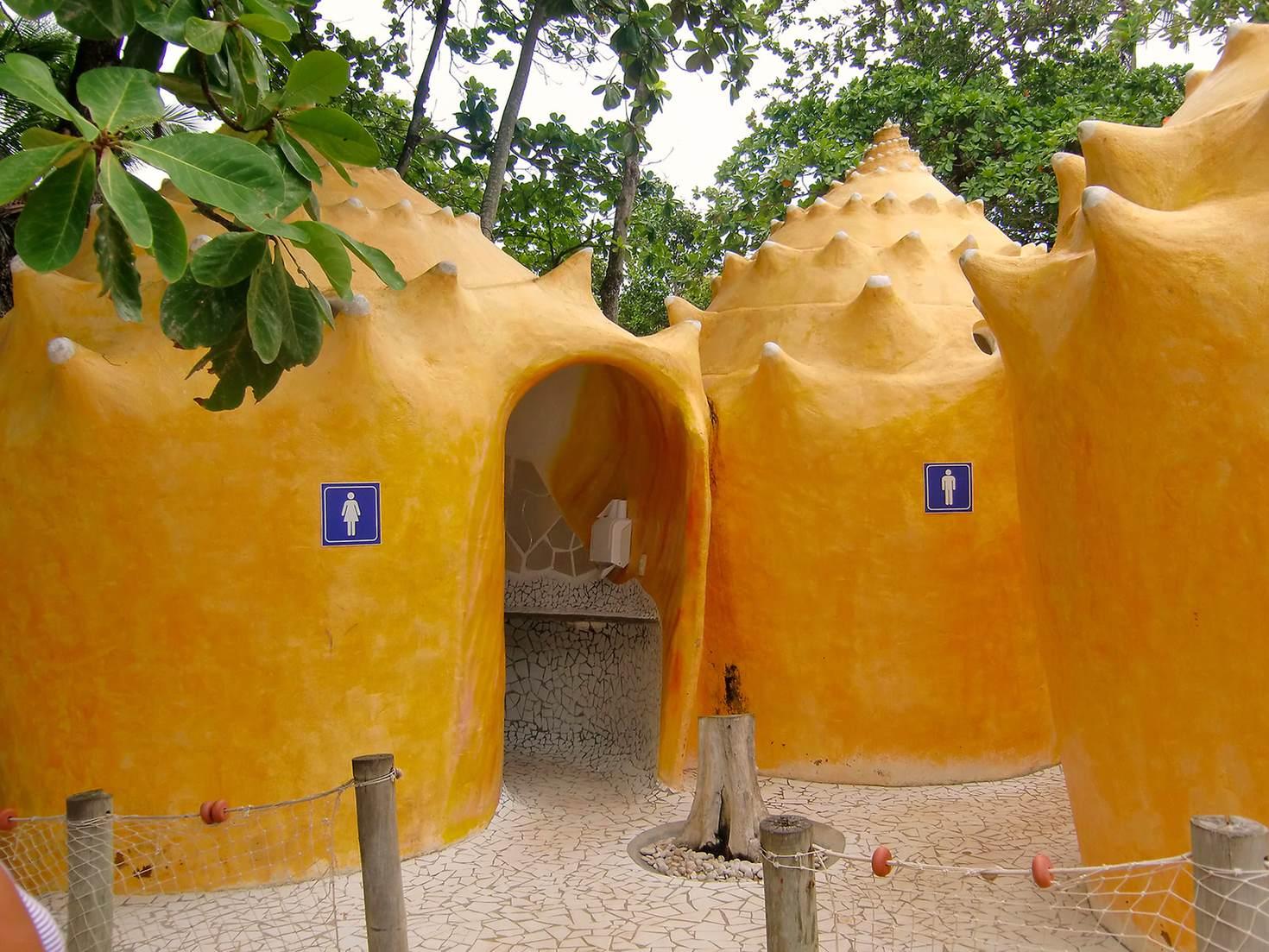 Des toilettes dans le style architectural de Gaudi, dans l'État de Bahia, au Brésil