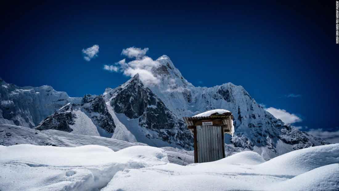 Des toilettes sur la base d'Ama Dablam située à 6 812 mètres d'altitude au Népal.
