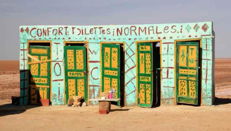Des toilettes le long d'une route au milieu de la plaine saline de Chott el-Jérid, en Tunisie.