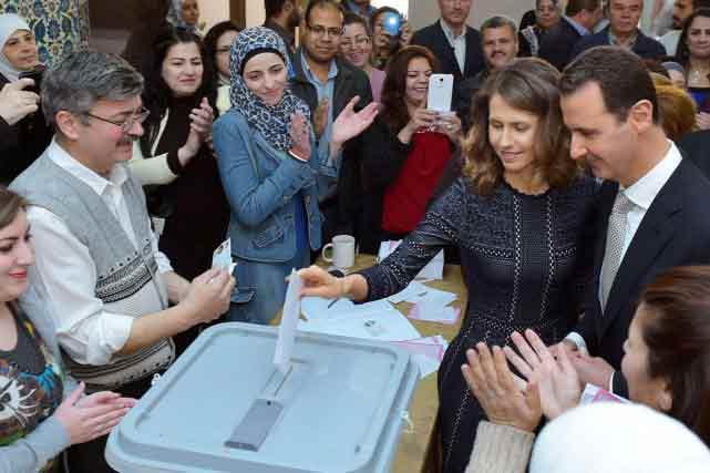 Accompagné de son épouse, le président Assad a voté dans la matinée dans un bureau installé dans la bibliothèque nationale, place des Ommeyades. PHOTO AFP/