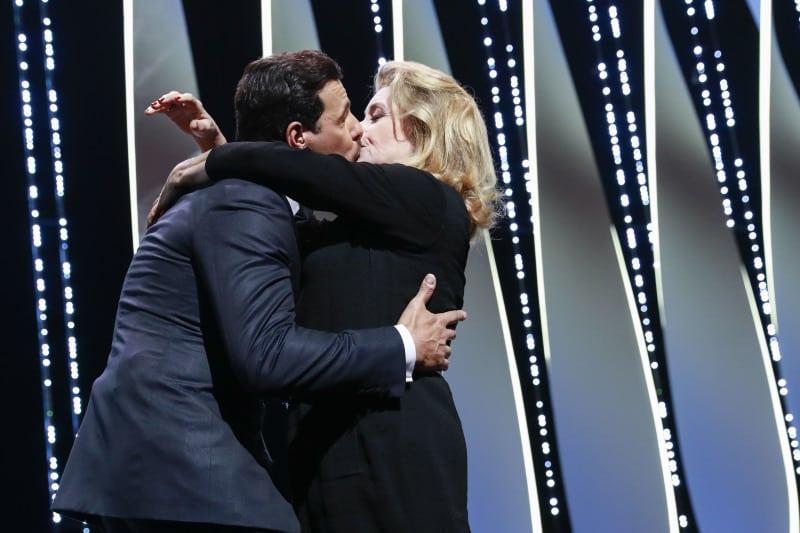 Laurent Lafitte (maître de cérémonie) et Catherine Deneuve (robe Gaultier Paris) s'embrassent sur la bouche - Cérémonie d'ouverture du 69ème Festival International du Film de Cannes.Le 11 mai 2016. © Borde-Jacovides-Moreau/Bestimage