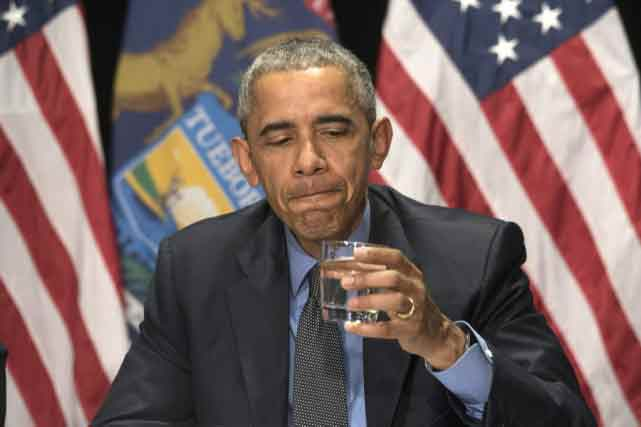 Barack Obama a bu un verre d'eau à Flint, sous l'oeil des photographes. PHOTO THE DETROIT NEWS
