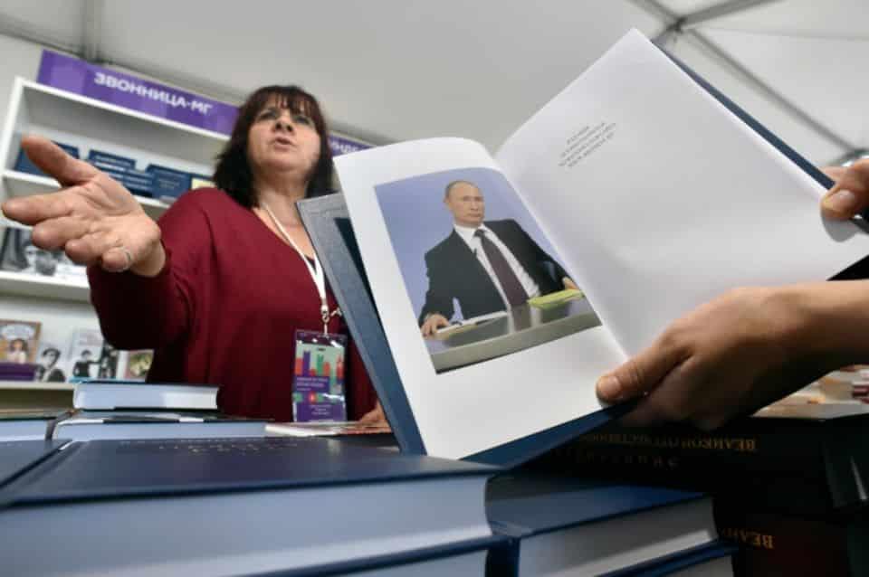 Une anthologie des discours du président Vladimir Poutine présentée à l'occasion d'une foire du livre à Moscou, le 3 juin 2016 Photo Kirill KUDRYAVTSEV. AFP