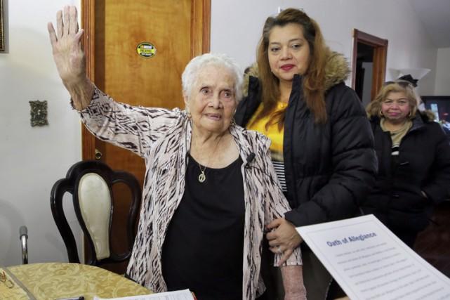 America Maria Hernandez a signé son certificat de naturalisation et a prêté serment durant une cérémonie organisée dans sa salle à manger. Photo AP