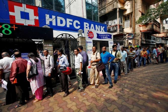 Depuis deux semaines, les longues files d'attente ne désemplissent pas devant les établissements bancaires de ce pays de 1,2 milliard d'habitants après la démonétisation brutale des billets de 500 et 1000 roupies. Reuters