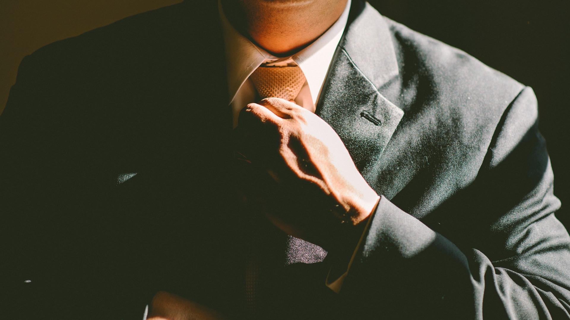 Conseil mode : une chemise et quatre looks d'acteurs pour vous inspirer