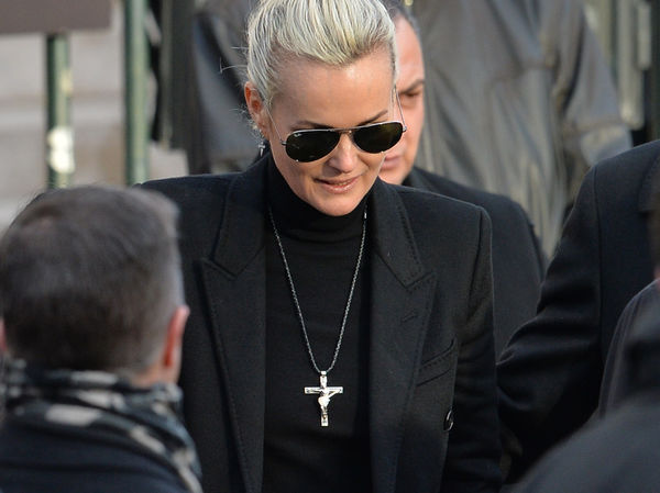 laeticia hallyday ne porte plus le crucifix en pendentif de johnny. Black Bedroom Furniture Sets. Home Design Ideas