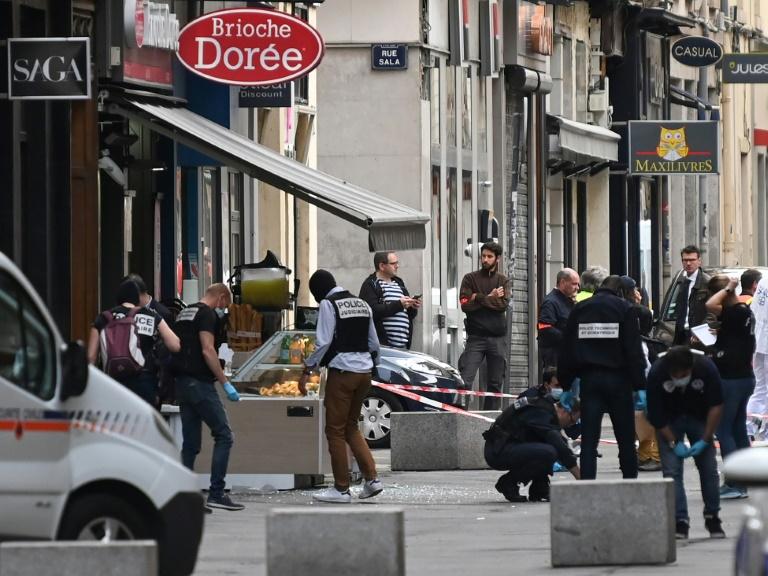 Des enquêteurs sur les lieux de l'attaque au colis piégé qui a fait 13 blessés légers à Lyon, le 25 mai 2019