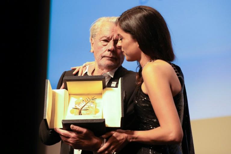 Alain Delon reçoit des mains de sa fille Anouchka une Palme d'or d'honneur au Festival de Cannes pour l'ensemble de sa carrière, le 19 mai 2019