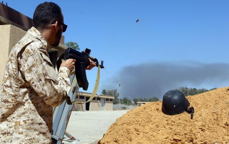 Un combattant des forces du Gouvernement nationale engagé dans la bataille contre les combattants du maréchal Khalifa Haftar, le 7 mai 2019, près de Tripoli