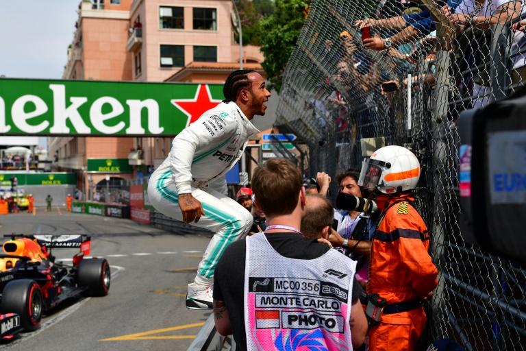 Le Britannique Lewis Hamilton (Mercedes) exulte devant ses supporters après avoir réalisé le meilleur temps des qualifications pour le GP de Monaco, le 25 mai 2019