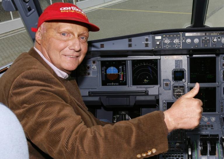 Le triple champion du monde de F1 Niki Lauda aux commandes d'un Airbus A319 à Hamburg, le 22 mars 2007. dpa / AFP (Maurizio Gambarini)