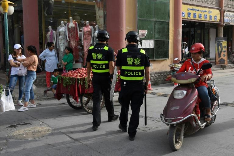 Des policiers en patrouille dans une rue de Kachgar, le 4 juin 2019 dans la province chinoise du Xinjiang