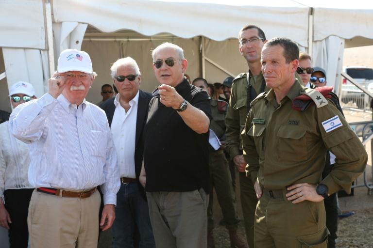 Le conseiller du président américain Donald Trump, John Bolton, et le Premier ministre israélien Benjamin Netanyahu, le 23 juin 2019 lors d'une visiste sur une ancienne base israélienne