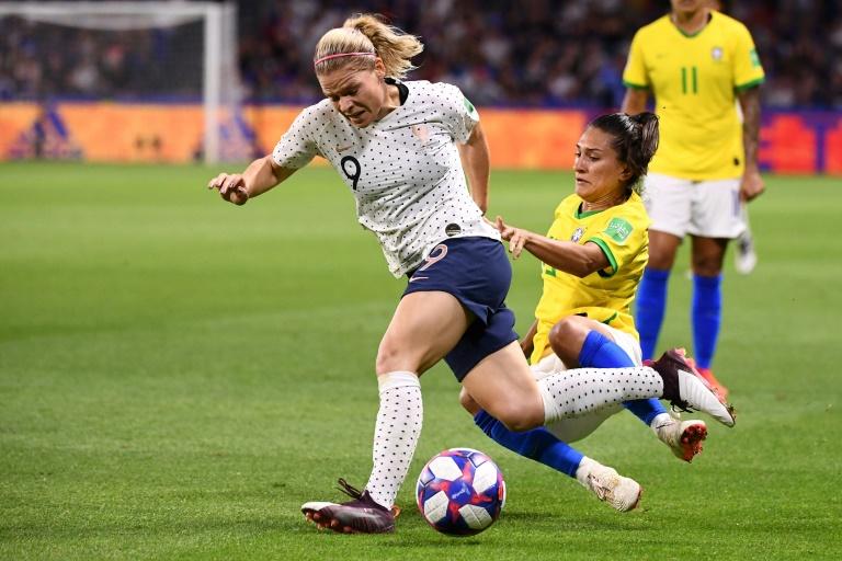 La Française Eugénie Le Sommer résidet au tacle de la défenseure du Brésil Leticia Santos en 8e de finale du Mondial, le 23 juin 2019 au Havre