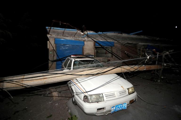 Une voiture endommagée par un poteau, près de l'usine de gazéification où une énorme explosion s'est produite, le 20 juillet 2019 à Yima (Chine)