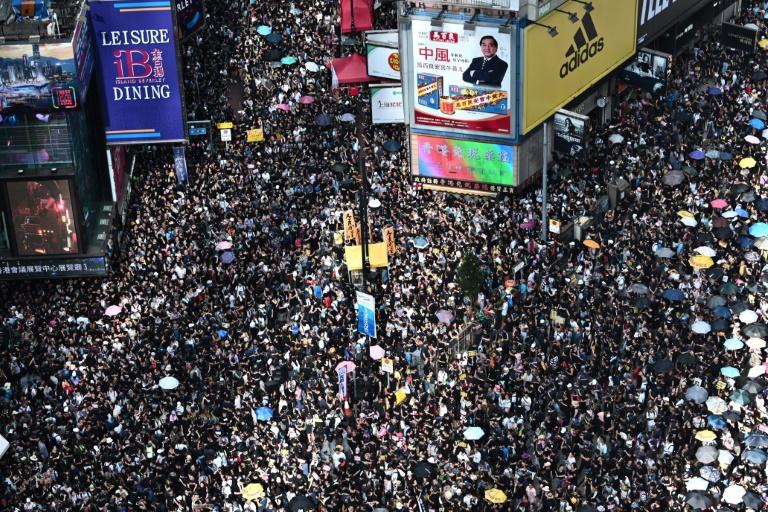 Une foule immense a manifesté à nouveau contre le gouvernement local pro-Pékin, dimanche 21 juillet 2019 à Hong Kong.