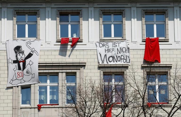 Des locataires protestent contre la hausse des loyers dans un immeuble de la Karl Marx Allee à Berlin, le 6 avril 2019.