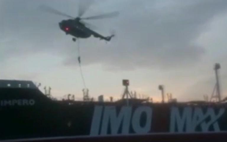 Capture d'image d'une vidéo diffusée par les Gardiens de la Révolution iraniens sur leur site Sepah News le 20 juillet 2019 montrant les Gardiens de la Révolution arrivant en hélicoptère sur le pétrolier britannique Stena Imperio