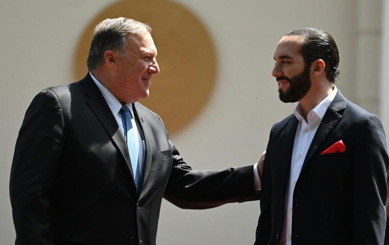 El presidente salvadoreño, Nayib Bukele (D), saluda al secretario de Estado estadounidense, Mike Pompeo, a su llegada a una reunión en la residencia presidencial en San Salvador, el 21 de julio de 2019
