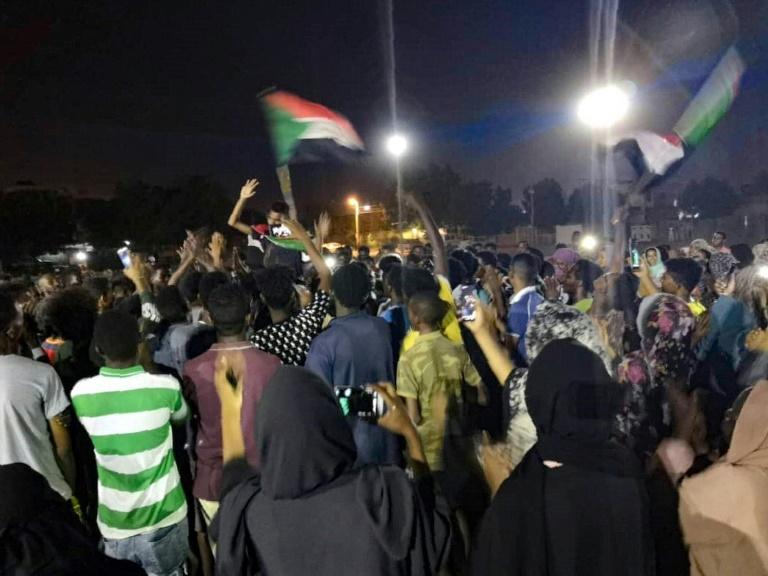 Des manifestants rassemblés dans le centre de Khartoum, le 15 juillet 2019