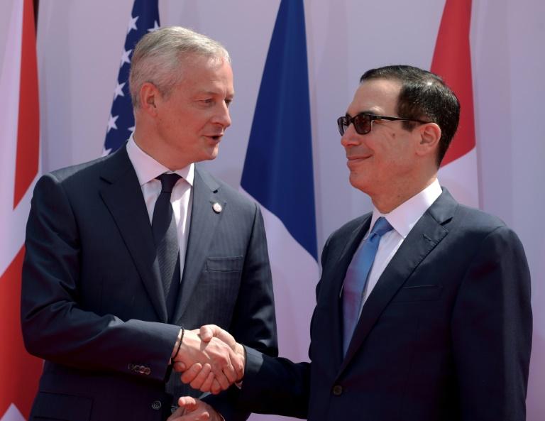 Le ministre français de l'Economie Bruno Le Maire et son homologue américain Steven Mnuchin, se retrouvent à l'occasion du G7 Finances à Chantilly, le 17 juillet 2019